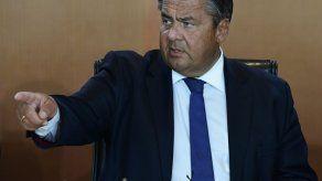 Vicecanciller alemán replica con gesto obsceno a militantes de extrema derecha