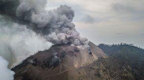 Volcán en Papúa Nueva Guinea lanza cenizas y vapor