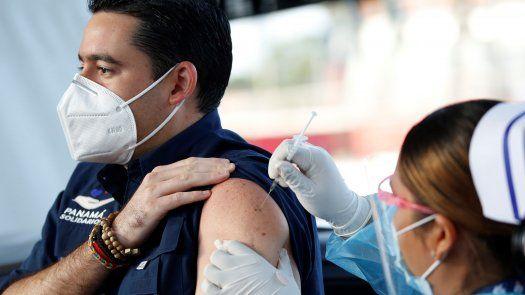 El vicepresidente de la República, José Gabriel Carrizo recibió su primera dosis de la vacuna contra covid-19 de AstraZeneca en el Estadio Rommel Fernández.