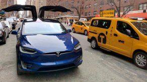 Software de Tesla permite a autos estacionarse sin conductor