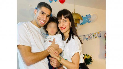Hiba Abouk junto a Achraf Hakimi y el pequeño Amín.