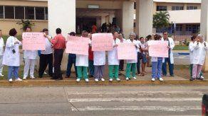 Funcionarios exigen el pago de turno extra en el Nicolás Solano