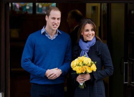La duquesa de Cambridge abandona sonriente el hospital