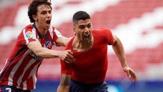Atlético de Madrid se mantiene líder de La Liga gracias a Suárez