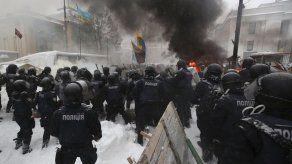 Policía y manifestantes chocan en Kiev; hay 100 detenidos
