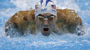 Phelps reacciona y avanza a semis en los 200 mariposa