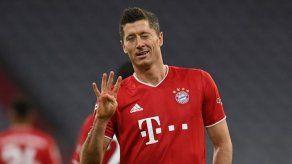 Cuatro goles de Lewandowski permiten al Bayern seguir cerca de la cabeza