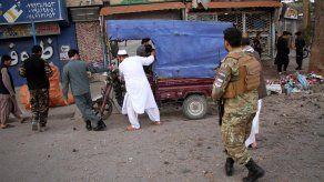 Oficiales de Afganistán inspeccionan una zona próxima al área de explisión.