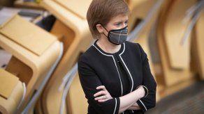 Primera ministra de Escocia sobrevive a moción de censura tras escándalo político