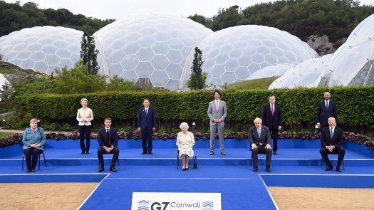 El primer ministro británico, Boris Johnson, y el presidente francés, Emmanuel Macron, flanqueaban a la Reina Isabel II en la primera fila del grupo, mientras que la canciller alemana, Angela Merkel, y el presidente de Estados Unidos, Joe Biden, se situaron en los extremos.