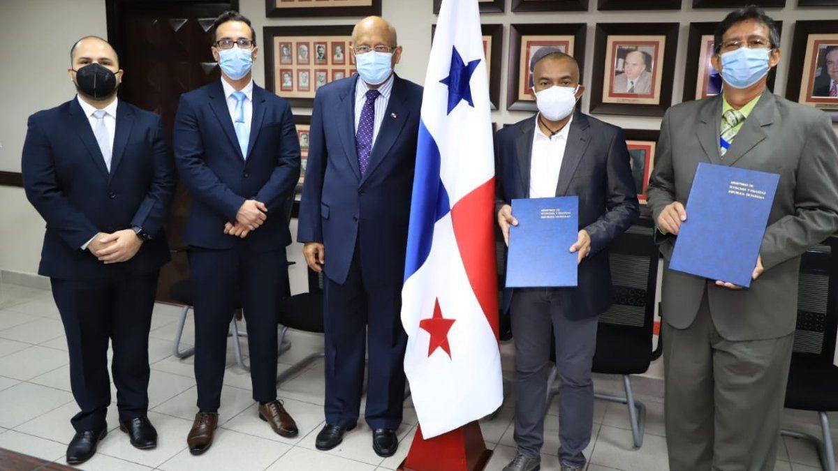 El ministro de Economía y Finanzas, Héctor Alexander, juramentó a los nuevos Magistrados del Tribunal Administrativo de Contrataciones Públicas, Martín Wilson y Luis Murillo Mariscal.