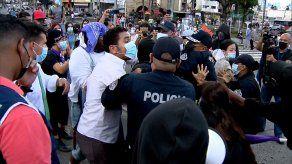 Los manifestantes forcejearon con miembros de la Policía Nacional.