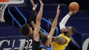 Lakers arrollan al Thunder con 26 puntos de James
