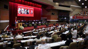 Participantes asisten al VIII Congreso del Partido Comunista de Cuba que se realiza en el Palacio de Convenciones en La Habana.