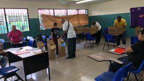 Cierran mesas de votación para inicio de conteo de votos de primarias panameñistas y FAD