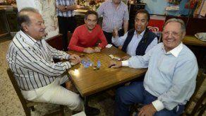 Una partida de dominó en Galicia en agosto de Carlos Slim