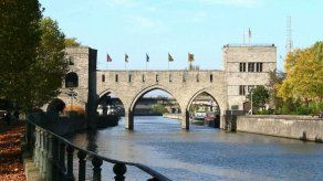 Bélgica demuele un puente medieval para permitir el paso de embarcaciones
