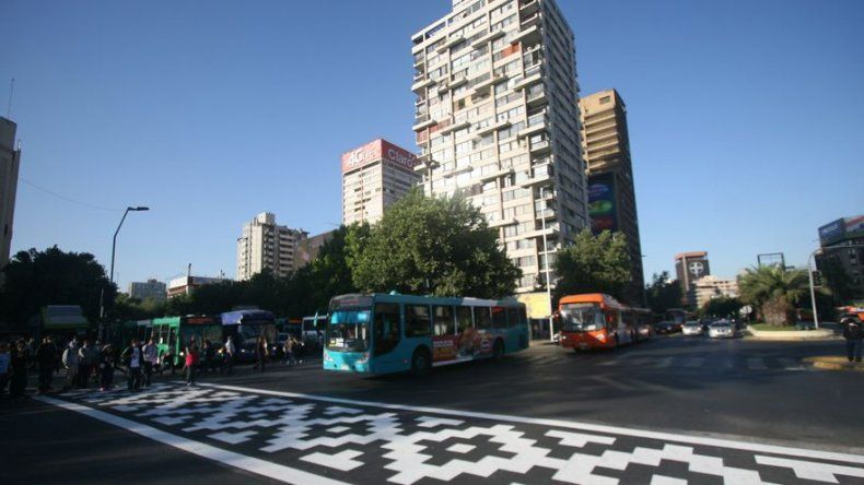 Las obras de artistas callejeros brotan en Santiago de Chile