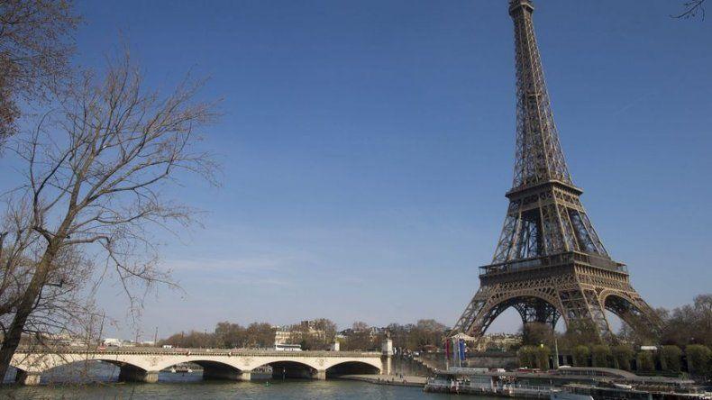 La Torre Eiffel cumple sin fastos 125 años