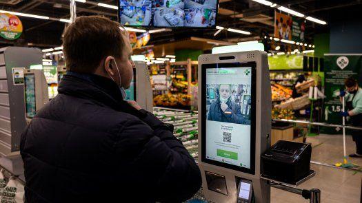 El uso de sistemas de inteligencia artificial de alto riesgo, como el reconocimiento facial.