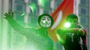 Manifestante luce una máscara de Anonymous en Estambul