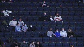 Warriors vencen a Knicks; el público vuelve a NY