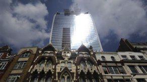 Cubren rascacielos de Londres que causó daños en coches y comercios