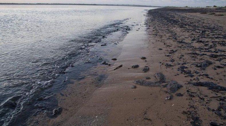 Petrolero de bandera griega, principal sospechoso de la marea negra de Brasil