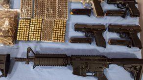 2 fusiles, 4 pistolas, armas cortopunzantes, teléfonos celulares, explosivos y 6 bombas molotov incautadas, deja el operativo realizado hoy en la Penitenciaría del Litoral.