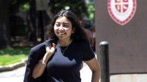 Salvadoreña de 20 años se gradúa con honores y supera discriminación en EEUU
