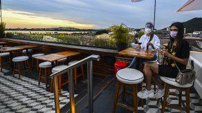Los bares al aire libre (terrezas) podrán abrir hasta las 11:00 p.m. con el aforo permitido, infomó el Minsa.