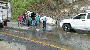 Camión de concreto se volcó hacia La Chorrera