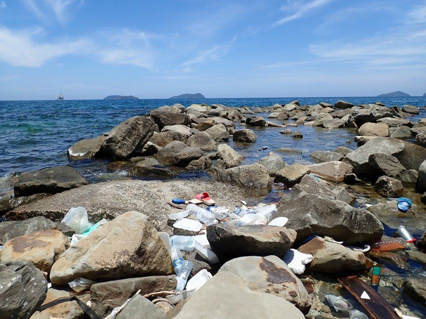 La producción irresponsable de artículos plásticos de un solo uso