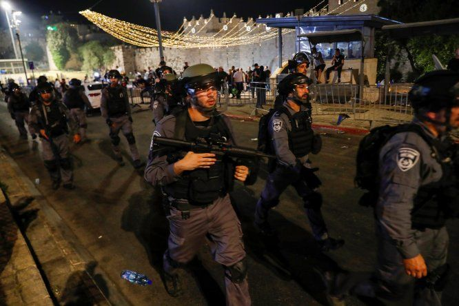 La policía fronteriza israelí durante una protesta en apoyo de las familias palestinas que enfrentan el desalojo de sus hogares en el barrio de Sheikh Jarrah