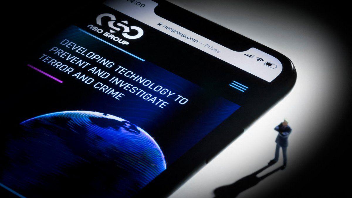 Pegasus puede hackear los teléfonos móviles sin que el usuario lo sepa, lo que permite a los clientes leer todos los mensajes, rastrear la ubicación del usuario e intervenir la cámara y el micrófono del teléfono.
