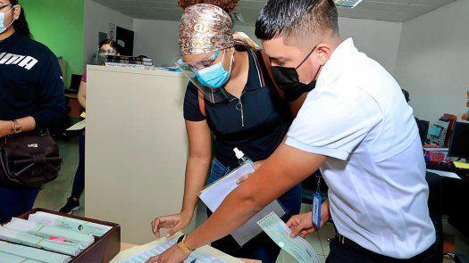 Desde este lunes 17 de junio, se dio inicio al desembolso del segundo pago de becas a los estudiantes universitarios en las diferentes sedes del Ifarhu.