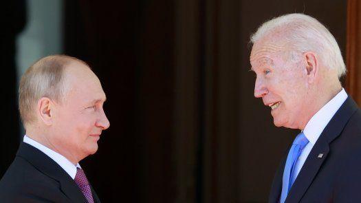 El presidente de Estados Unidos Joe Biden (d) y el presidente de Rusia Vladimir Putin (i) durante la cumbre entre Estados Unidos y Rusia en Villa La Grange, en Ginebra, Suiza.
