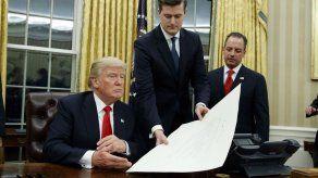 Renuncia un asesor de la Casa Blanca acusado de malos tratos