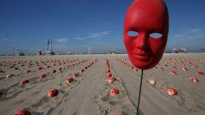 Cientos de máscaras rojas amanecen en Copacabana para pedir renuncia de Temer