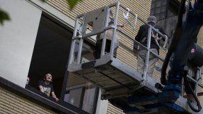 Virus: Grúas facilitan reuniones con ancianos en pisos altos