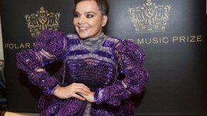 Björk supera operación de garganta y espera volver a cantar en 2013