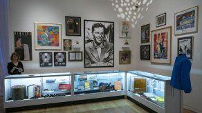 Exponen obras y joyas de Frank y Barbara Sinatra que se subastarán