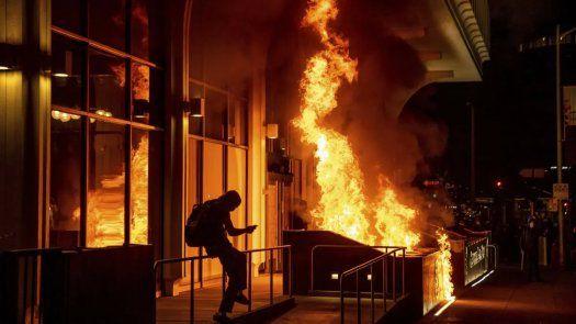 Las autoridades declararon ilegal la concentración de personas y ordenaron a los manifestantes que se dispersaran. La policía de Oaklanddijo que los manifestantes se retiraron pacíficamente.