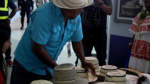 Sombrero pintao de Panamá se exhibe ante miles de viajeros