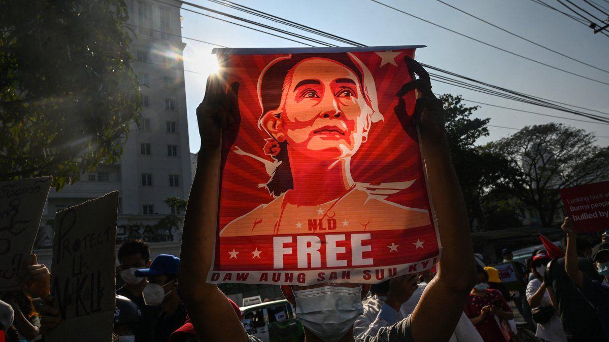 Aung San Suu Kyi, que tiene pendiente otro juicio, se enfrenta en este proceso a cargos por vulnerar presuntamente las normas de la covid-19, incitación a la agitación pública, la importación ilegal de dispositivos electrónicos y violar la ley de telecomunicaciones.