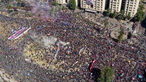Decenas de miles colman plaza de Santiago en aniversario de protestas en Chile