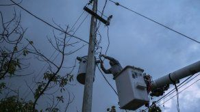 Isla de Puerto Rico recupera electricidad después de María