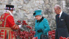 El duque de Edimburgo abandona el hospital tras cuatro días ingresado