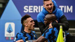Inter gana 3-0 el derbi al Milan y amplía su ventaja como líder