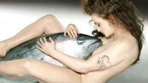 Bonham Carter se desnuda junto a un atún para denunciar exceso de la pesca
